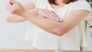 肘の黒ずみの原因は何?食用の重曹や天然塩+αで対処しよう
